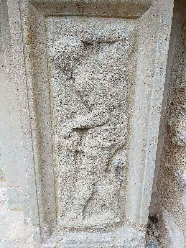 Efesto fotografato su una colonna della Maison Chabouillé a Moret-sur-Loing, si può riconoscere perchè è alla forgia