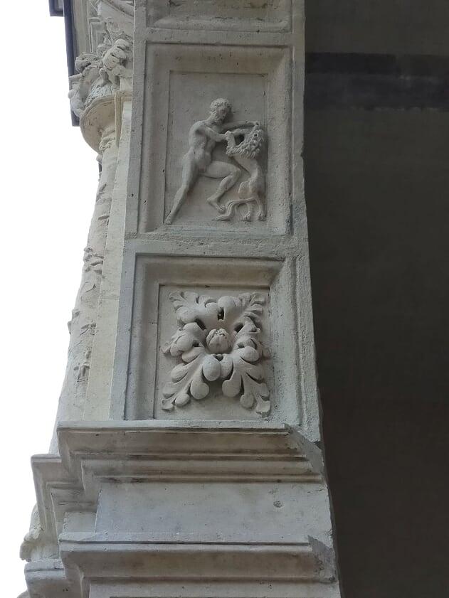 Mitologia di Eracle combatte il Leone di Nemea, fregio sulle arcate della Maison Chabouillé a Moret sur Loing