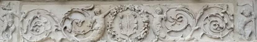Il fregio sopra la porta della Maison Chaboullè a Moret sur Loing, con satiri e tritoni, soggetti della mitologia greca