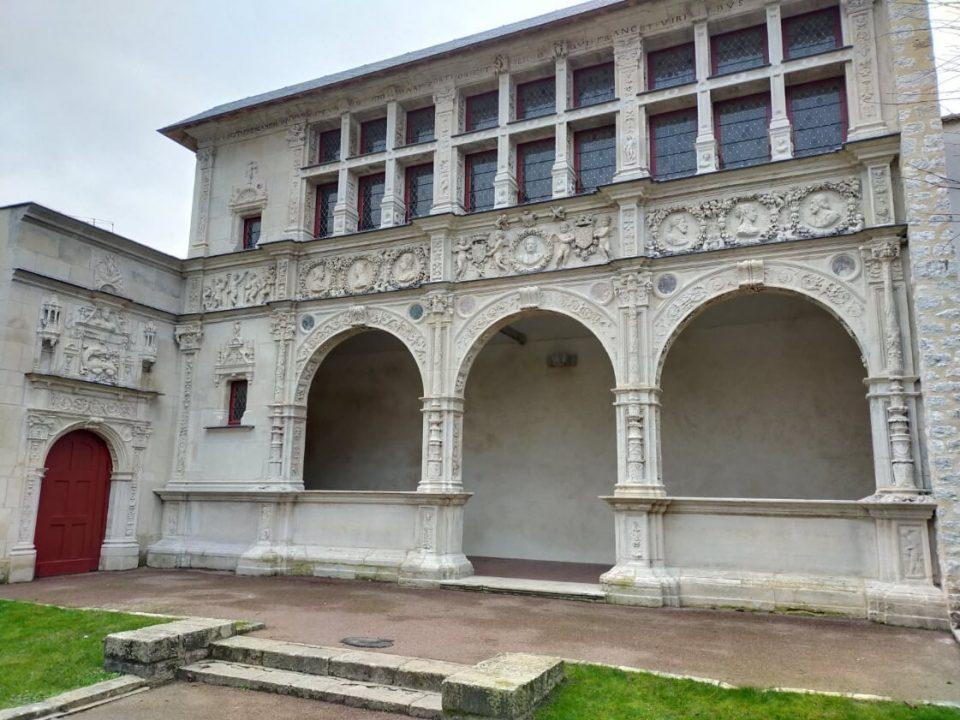 La maison Chaboillé a Moret sur Loing è un esempio di rinascimento italiano in francia ed è carica di sculture e fregi basate sulla mitologia