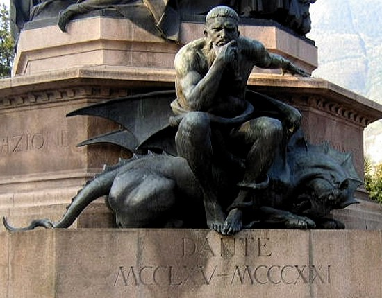 Particolare diMinosse nel monumento a Dante Alighieri situato a Trento
