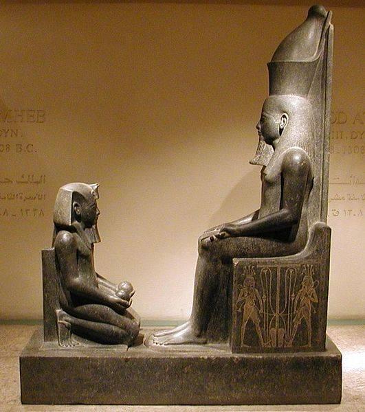 Il dio Atum adorato dal faraone Horemheb, Museo di Luxor. Foto di Gérard Ducher via wikimedia commons.