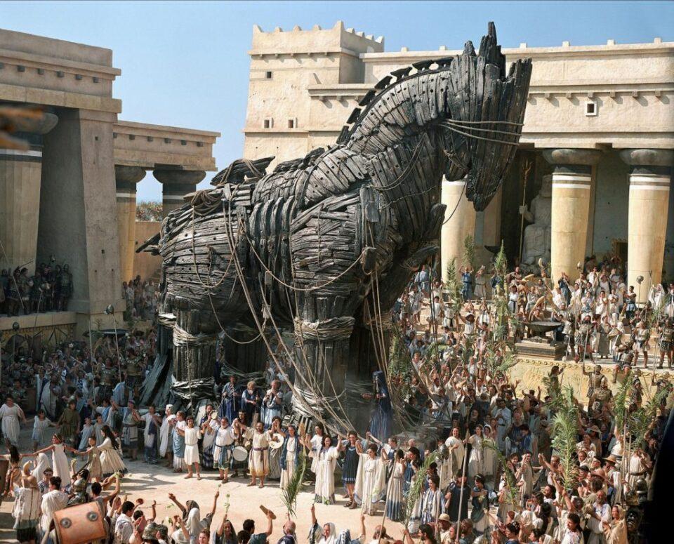 Il cavallo di Troia portato in città nel film Troy del 2004
