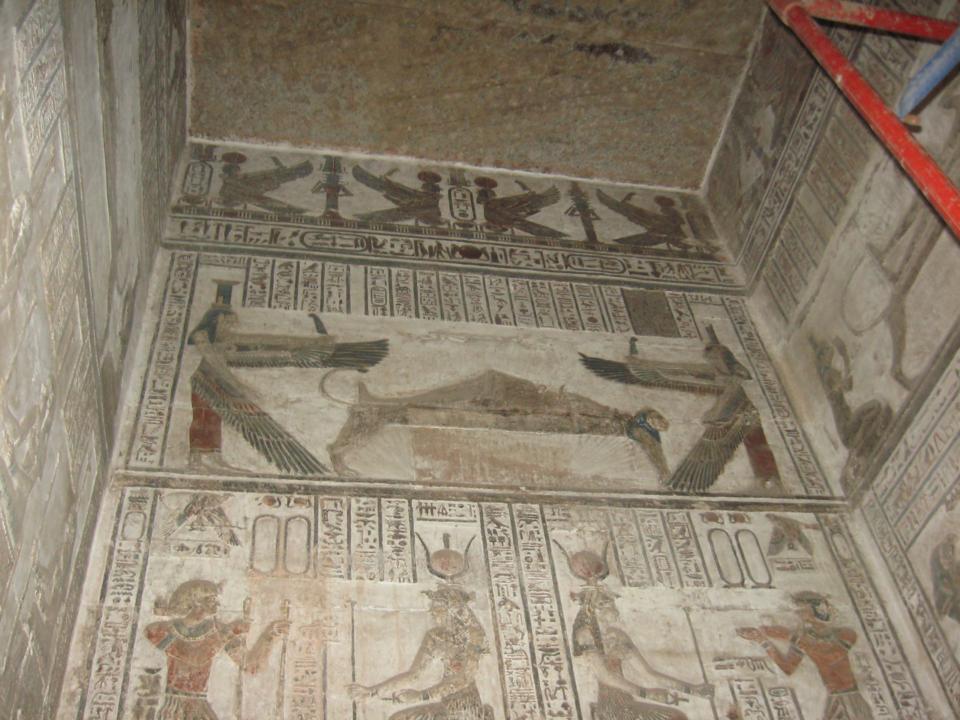 Osiride defunto vegliato dalle sorelle alate Iside e Nefti, dal Tempio di Dendera