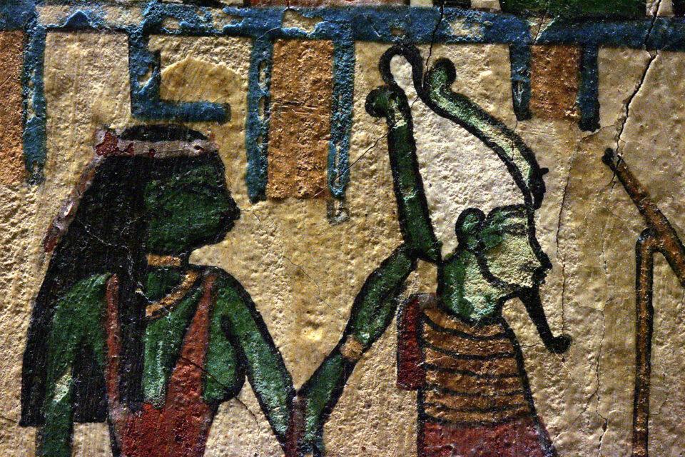 Osiride e Iside in un dettaglio della Stele di Irethorru conservata al Museo del Louvre a Parigi