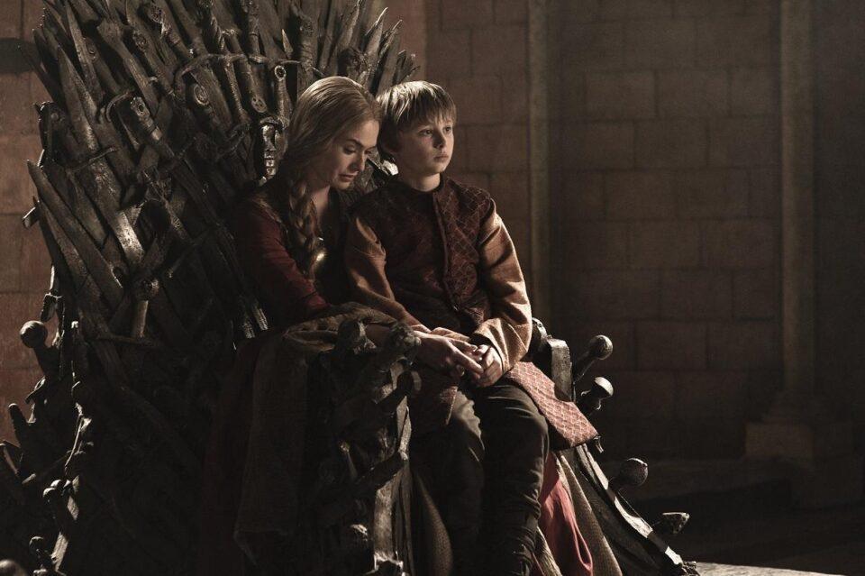 Cersei valuta la morte del proprio figlio nel trono di spade, cosi come Medea uccide ip ropri nella mitologia