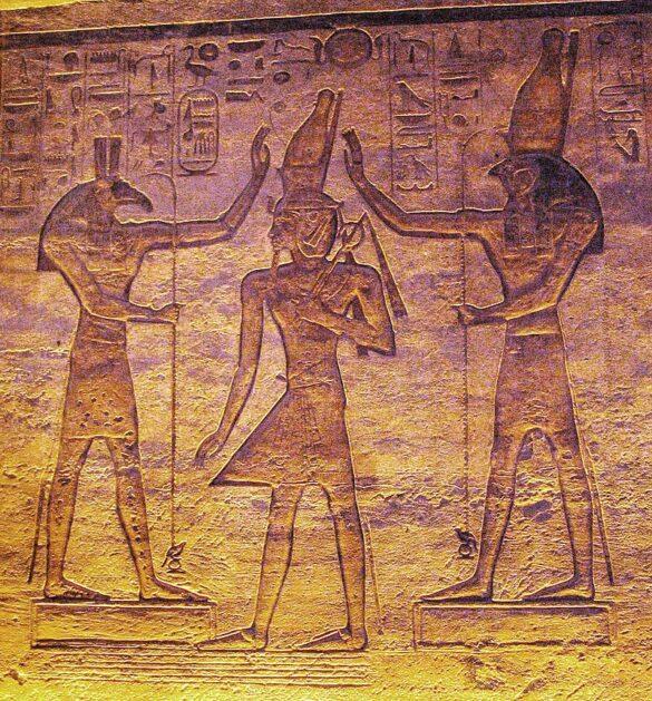 Horus e Seth, a sinistra, mentre incoronano Ramses II, in un rilievo nel Tempio minore di Abu Simbel.
